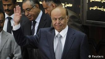 ALTERNATIVER AUSSCHNITT Yemen's newly elected Abd-Rabbu Mansour Hadi waves as he arrives to take the oath in parliament in Sanaa February 25, 2012. Hadi took the constitutional oath to become Yemen's new president on Saturday, formally removing Ali Abdullah Saleh from power after a year of protests that paralysed the impoverished Arabian Peninsular country. REUTERS/Khaled Abdullah (YEMEN - Tags: POLITICS ELECTIONS)