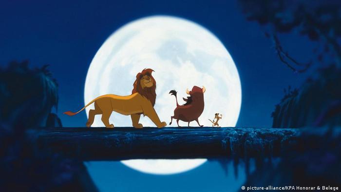 Ein Löwe und zwei weitere Tiere aus Der König der Löwen laufen über einen Baumstamm.
