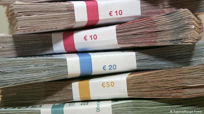 Запакованные пачки купюр евро разного достоинства