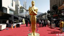 A Oscar statue is seen on the red carpet before the 84th Academy Awards in Los Angeles, Saturday, Feb. 25, 2012. The 84th Academy Awards will be held Feb. 26, 2012. (Foto:Matt Sayles/AP/dapd)