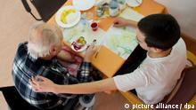 ARCHIV - Im AWO-Seniorenheim im brandenburgischen Wildau betreut am 08.02.2012 der 19-jährige Yannis Lassal einen 83-jährigen Mann. Der junge Mann leistet in dem Seniorenheim seinen Bundesfreiwilligendienst (BFD). Der BFD ist für Tausende eine Möglichkeit geworden, sich vor der Ausbildung sozial zu engagieren oder sich bis ins Alter sinnvoll zu beschäftigen. Foto: Patrick Pleul dpa/lhe (zu lhe-Korr «Verbände sauer über Einstellungsstopp für Bufdis» vom 17.02.2012) +++(c) dpa - Bildfunk+++