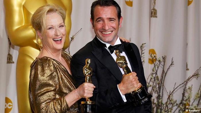 Meryl Streep, Best Actress winner for The Iron Lady, and French actor Jean Dujardin, Best Actor winner for The Artist, pose backstage at the 84th Academy Awards in Hollywood, California, February 26, 2012. REUTERS/Mike Blake (UNITED STATES) (OSCARS-BACKSTAGE)