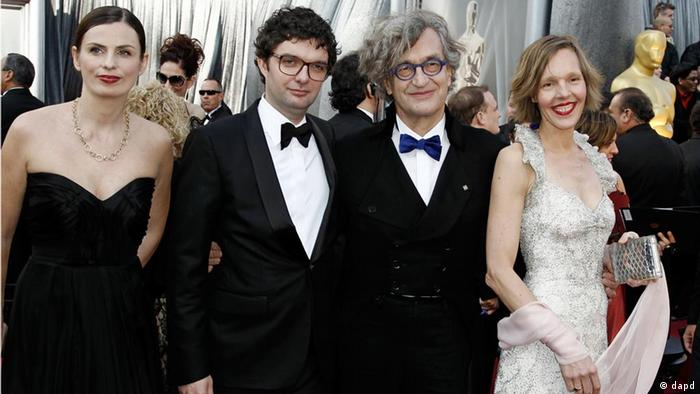 Oscar-Verleihung 2012 Wim Wenders Pina Second from left, Gian-Piero Ringel, Wim Wenders and Donata Wenders arrive before the 84th Academy Awards on Sunday, Feb. 26, 2012, in the Hollywood section of Los Angeles. (Foto:Matt Sayles/AP/dapd)