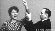 ARCHIV - Die aus Berlin stammende Französin Beate Klarsfeld beschimpft während einer Bundestagssitzung am 02.04.1968 von der Zuschauertribüne im Bundestag in Bonn Bundeskanzler Kiesinger (nicht im Bild) als «Nazi» und «Verbrecher». Neben ihr ein Saaldiener. Die Nazi-Jägerin Beate Klarsfeld ist als Kandidatin der Linken für das Bundespräsidentenamt im Gespräch. «Spiegel Online» berichtete am Mittwoch (22.02.2012), die 73-Jährige habe bereits mit Parteichefin Lötzsch telefoniert und ihre grundsätzliche Bereitschaft erklärt, am 18. März gegen Gauck anzutreten. Foto: dpa +++(c) dpa - Bildfunk+++