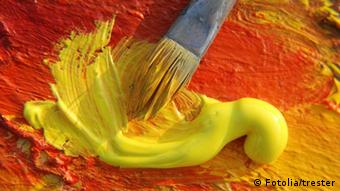Pinsel mit gelber Farbe