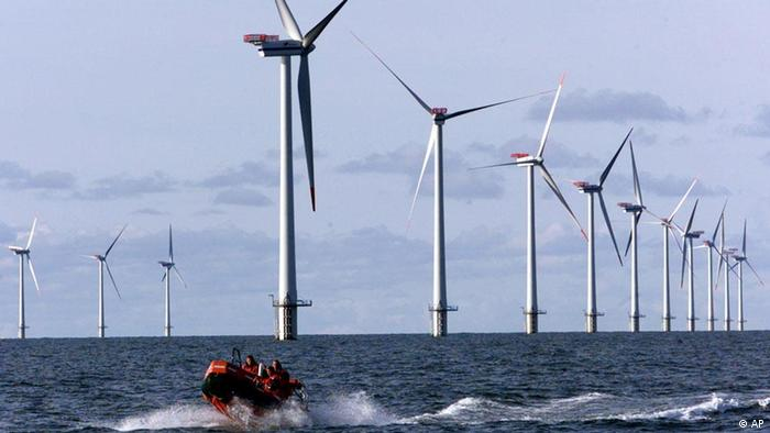 Windkraftanlagen im Meer (ddp images/AP Photo/Heribert Proepper)