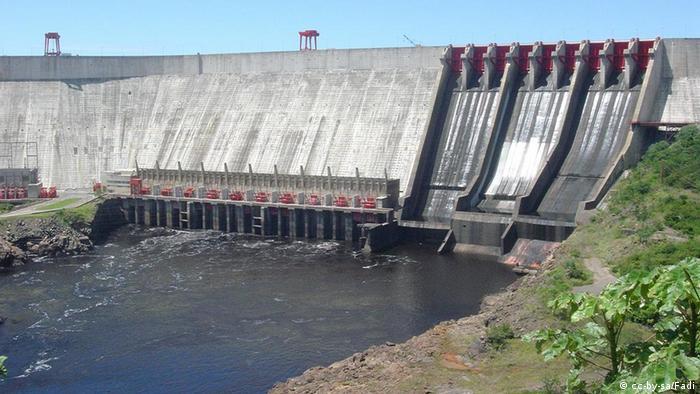 El entonces presidente socialista Hugo Chávez, fallecido en 2013, nacionalizó el sector eléctrico en 2007. En ese marco creó la Corporación Eléctrica Nacional (CORPOELEC), que fusionó las compañías regionales encargadas de la generación y transmisión de energía.