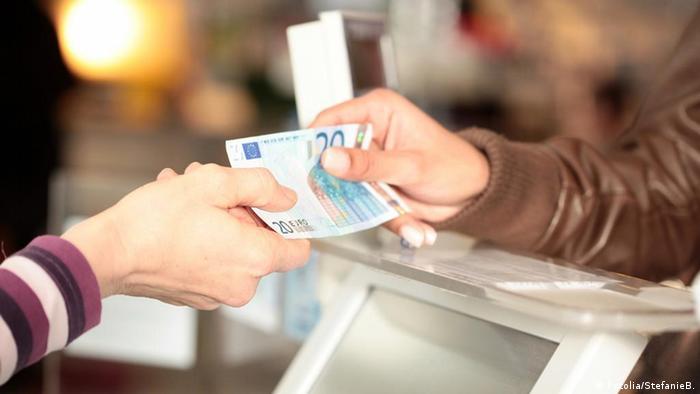 Symbolbild Bezahlung Kasse Geld