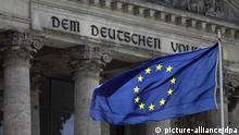 ARCHIV - Eine Europafahne weht am 15.09.2011 vor dem Reichstag in Berlin im Wind. Das Bundesverfassungsgericht hat einen wichtigen Teil der Verfahrensregeln für die deutsche Beteiligung an Nothilfen des Euro-Rettungsfonds EFSF vorläufig gestoppt. Die Entscheidungsrechte des Bundestags dürfen nicht von einem Sondergremium aus lediglich neun Parlamentariern wahrgenommen werden, entschied der Zweite Senat im Eilverfahren in einem am Freitag (29.10.2011) bekanntgegebenen Beschluss. Foto: Kay Nietfeld dpa (zu dpa 0353 vom 28.10.2011) +++(c) dpa - Bildfunk+++