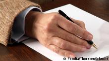 Geschäftsmann schreibt geschäftsmann; schreibt; papier; stift; hände; schreiben; unterzeichnung; verträge; business; dokument; skizzieren; erläutern; anleiten; hand; ausbildung; ausfüllen; bewerten; antwort; kaukasisch; büro; deal; vertrag; ehevertrag; financial; firmen; fragebogen; hemd; kaufmann; lernen; mann; meeting; männlich; pen; probe; schreibarbeit; schreibtisch; schriften; text; tisch; umfrage; zeichen