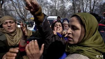 Kashmiri Muslim women shout slogans as policewomen try to stop them