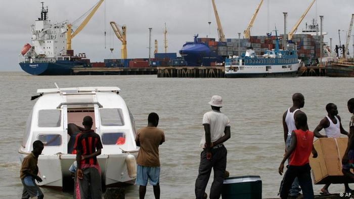 Em 2007, pessoas à volta de uma lancha que alegadamente estava a ser usada para o tráfico de droga na Guiné-Bissau