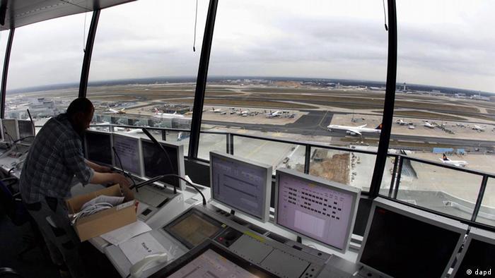 ينبغي على الطيار الموجود في المحطة الأرضية، القائد للطائرة بدون طيار، أن يكون على تواصل مستمر مع برج المراقبة في أقرب مطار إلى الطائرة التي يتحكم بها.