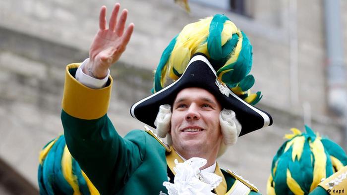 Lukas Podolski festeja o carnaval em Colônia