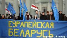 Oppositionsanhänger stehen am 25.03.2009 bei einer Demonstration im Stadtzentrum von Minsk hinter einem Transparent mit der Aufschrift Europeiskaja Belaruc (Europäisches Weißrussland). Tausende Mutige gingen auf die Straße, um sich für einen EU-Kurs und ein unabhängiges Weißrussland mit eigener Sprache stark zu machen. Sie sehen vor allem weiter die Gefahr einer zu starken Abhängigkeit von der Energie-Macht Russland. Der als Diktator verschriene weißrussische Präsident Lukaschenko musste zuletzt wegen Staatsschulden von geschätzten 15 Milliarden Dollar und schrumpfenden Rücklagen verstärkt um Kredite im Ausland bitten. Bisher bekommt er die meiste Hilfe aus Moskau. Foto: Ulf Mauder (zu dpa 0843) +++(c) dpa - Report+++