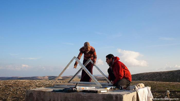 Elad Orian und Noam Dotan erect the foundations of a wind turbine