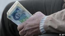 ارزش ریال در ماههای اخیر و در پی تحریمها، در برابر ارزهای جهانی سقوط کرده است
