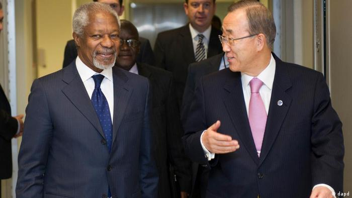 In this photo provided by the United Nations, former United Nations Secretary General Kofi Annan, left, walks a hallway at U.N. Headquarters with Ban Ki-moon, the current U.N. Secretary General, Wednesday, Feb. 29, 2012. Kofi Annan is the newly appointed Joint Special Envoy of the UN and League of Arab States on the Syrian Crisis. (Foto:The United Nations, Mark Garten/AP/dapd)