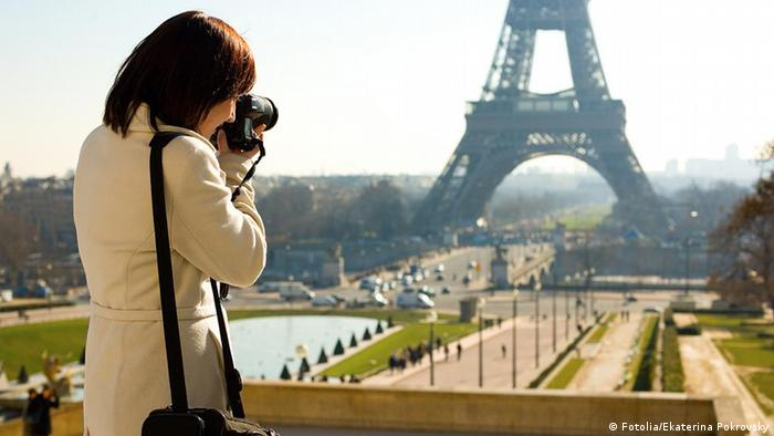 Tourist taking a picture of the Eiffel Tower in Paris Frau Spiegelreflexkamera. Reisefotografie Eiffelturm Frankreich Paris. Ekaterina Pokrovsky - Fotolia