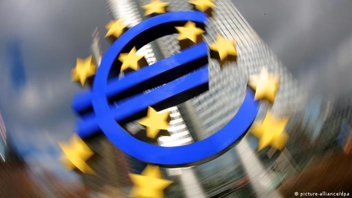 ARCHIV - Eine Installation mit dem Euro-Zeichen steht vor der Europäischen Zentralbank (EZB) in Frankfurt am Main (Dreheffekt) - Archivfoto/Illustration vom 07.02.2008). Die Europäische Zentralbank (EZB) hat ihren Leitzins in einer konzertierten Aktion führender Notenbanken überraschend gesenkt. Der wichtigste Leitzins zur Versorgung der Kreditwirtschaft mit Zentralbankgeld werde um 0,50 Prozentpunkte auf 3,75 Prozent reduziert, teilte die EZB am Mittwoch (08.10.2008) mit. Foto: Arne Dedert dpa/lhe +++(c) dpa - Bildfunk+++ dpa 12950971