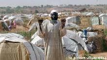 Ein Flüchtling am 24.8.2004 im Abu Shouk-Lager bei El Fasher in Darfur im Norden des Sudan. Das Abu Shouk-Lager - das ein britischer Repräsentant als das Hilton der Darfur-Lager bezeichnete - ist zur Heimat von 57000 Menschen geworden, die von arabischen Reitermilizen - den so genannten «Dschandschawid» - vertrieben wurden. Der Weltsicherheitsrat hat Khartum ein Ultimatum bis zum 30.08. gestellt, die Reitermilizen zu entwaffnen. Mit Unterstützung der sudanesischen Regierung sollen die arabischen Milizen nach UN-Schätzungen in den vergangenen 15 Monaten zwischen 30.000 und 50.000 Menschen getötet und rund eine Million aus Darfur vertrieben haben.