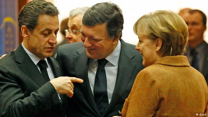 French President Nicolas Sarkozy, left, speaks with European Commission President Jose Manuel Barroso, center, and German Chancellor Angela Merkel during a round table meeting at an EU Summit in Brussels on Friday, March 2, 2012. The leaders of 25 European states have signed a new treaty designed to prevent the 17 euro countries from running up huge debts in order to prevent a repeat of the current crisis afflicting the single currency zone. (Foto:Remy de la Mauviniere/AP/dapd)