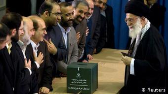 رهبر جمهوری اسلامی از مردم خواست، دور دوم انتخابات را جدی بگیرند. عکس: علی خامنهای هنگام انداختن رای به صندوق در دور نخست انتخابات مجلس.