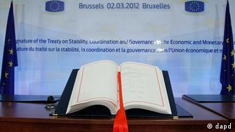 Signatures are seen on theTreaty on Stability, Coordination and Governance in the Economic and Monetary Union during an EU Summit in Brussels on Friday, March 2, 2012. The leaders of 25 European states have signed a new treaty designed to prevent the 17 euro countries from running up huge debts in order to prevent a repeat of the current crisis afflicting the single currency zone. Of the 27 European Union states, only Britain and the Czech Republic decided not to sign the treaty. (Foto:Francois Lenoir, Pool/AP/dapd)