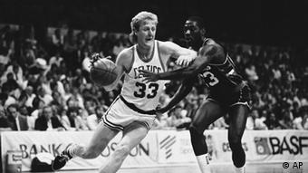 Boston Celtics Larry Bird drives by Milwaukee Bucks Charles Davis on his way to the basket during second period NBA playoff action on Thursday night, May 16, 1986 at Boston Garden in Boston. The Celts blasted the Bucks 122-111. (ddp images/AP Photo/Paul R. Benoit)