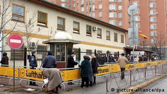 Das Foto zeigt wartende Menschen vor der Außenstelle der Deutschen Botschaft in Kiew, die für die Beantragung von Visa zur Einreise nach Deutschland anstehen. (Foto: dpa)