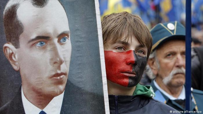 Український націоналіст з портретом Степана Бандери