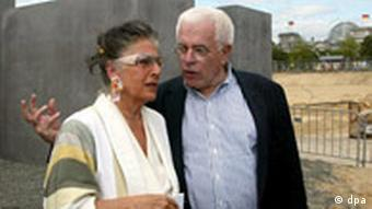 Peter Eisenman and Lea Rosh talk on the construction site of the Berlin Holocaust Memorial
