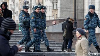 Russian police officers patrol in Manezh Square in downtown Moscow, Russia, Saturday, March 3, 2012. Security is being tightened on the eve of the Russian presidential election. (Foto:Misha Japaridze/AP/dapd)