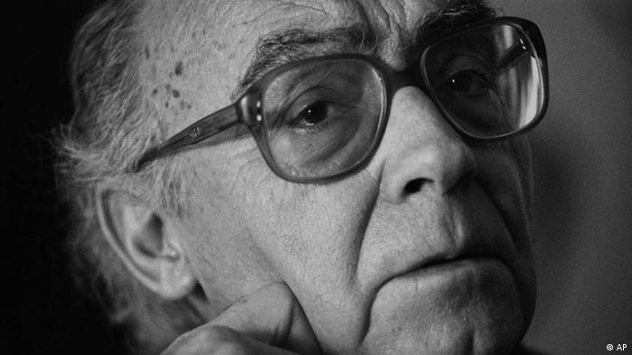 ژوزه ساراماگو در سال ۱۹۲۲ در نزدیک لیسبون، پایتخت پرتغال، به دنیا آمد. شهرت ساراماگو در ایران با انتشار کتاب «کوری» آغاز شد که تا کنون در سه ترجمه مختلف روانه بازار شده است. ساراماگو در سال ۲۰۱۰ از دنیا رفت. گزیدهای از آثار ترجمه شدهای او به فارسی: «کوری»،«سال مرگ ریکاردو ریس»، «بلم سنگی»، «انجیل به روایت عیسی مسیح»، «همه نامها»، «بینایی».