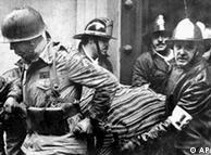 Soldados llevan el ataúd del presidente Salvador Allende.