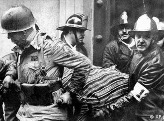 Die Leiche von Salvador Allende wird am 11. September 1973 aus dem Präsidentenpalast getragen (Foto: AP)