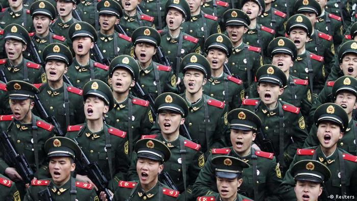 Recruits of the People's Liberation Army (PLA) shout slogans during a handover ceremony on a rainy day at a military base in Hangzhou, Zhejiang province February 10, 2012. REUTERS/Stringer (CHINA - Tags: MILITARY) CHINA OUT. NO COMMERCIAL OR EDITORIAL SALES IN CHINA // Eingestellt von wa
