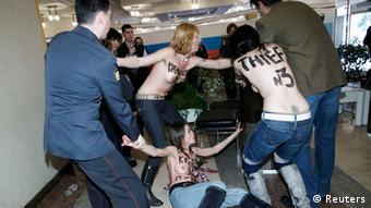 Акція FEMEN Краду за Путіна завершилася затриманням активісток