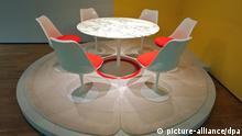 Eine Sitzgruppe (1953-1956) nach einem Entwurf von Eero Saarine (USA) ist am Donnerstag (01.03.2012) im Grassimuseum in Leipzig ausgestellt. Vom 04.03. bis 15.04.2012 zeigt das Museum den dritten und letzten Teil der neuen Dauerausstellung «Jugendstil bis Gegenwart». Foto: Peter Endig dpa/lsn +++(c) dpa - Bildfunk+++