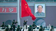 China Volkskongress in Peking eröffnet Große Halle des Volkes Flagge Mao
