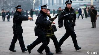Police arrest people standing in front of the Great Hall of the People(Photo: AP/dap)