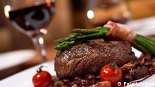 Deutschland Essen Steak mit Tomaten und Spargel