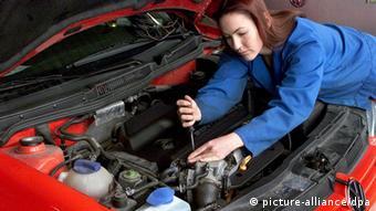 Automechanikerin bei der Arbeit