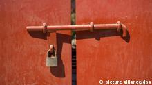 Verschlossene Tür mit Riegel und Schloss