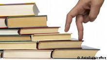 Symbolbild Leiter Buch Bücherleiter Büchertreppe Schritt für Schritt Buch Finger