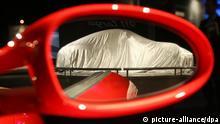 Im Aussenspiegel eines Porsche 911 Turbo Coupe ist am Mittwoch (29.11.2006) bei einem Pressetag anlässlich der Los Angeles Auto Show im Los Angeles Convention Center ein verhüllter Porsche 911 Targa zu sehen. Dieser wird am Donnerstag (30.11.2006) der Öffentlichkeit vorgestellt. Die Auto Show dauert vom 01. bis 10. Dezember. Foto: Uli Deck dpa +++(c) dpa - Bildfunk+++