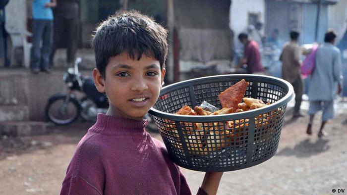 Pakistan Karatschi Kinder Kinderarmut Straßenkinder (DW)
