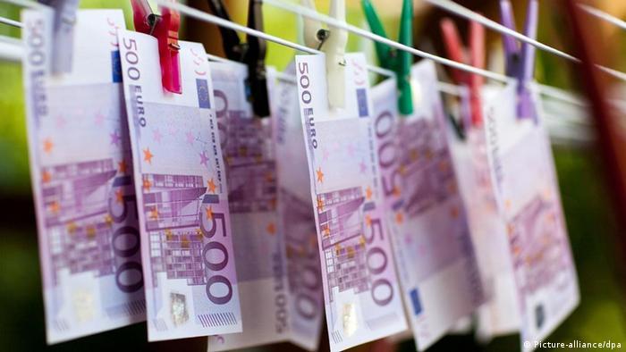 500 euro bills on a line (photo: Patrick Pleul dpa/lbn)