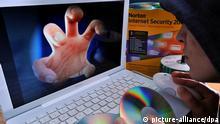 Ein Computernutzer sitzt vor dem Monitor und hält eine CD in den Händen, aufgenommen am 22.11.2008 in Weimar. Die im Internet verübten Straftaten nehmen bundesweit zu. Die Kriminalstatistik führt unter «Tatmittel Internet» im vergangenen Jahr mehr als 179.000 erfasste Delikte auf und damit acht Prozent mehr als 2006. Rund drei Viertel der per Internet begangenen Straftaten sind Betrugsdelikte. In Thüringen wurden laut Landeskriminalamt (LKA) 2007 rund 500 Fälle von Internetkriminalität registriert nach 330 im Jahr zuvor. Knapp 370 Tatverdächtige ermittelten die Thüringer Beamten im vergangenen Jahr. Foto: Hendrik Schmidt dpa/lth (zu dpa-Korr. «Tatort Internet - für Polizei oft mehr als einen Klick entfernt» vom 23.11.2008) +++(c) dpa - Bildfunk+++ pixel Schlagworte Rohlinge , Verberchen , .Computer , .Kriminalität , .Internet , .Technik , Laptop , Datenklau , Monitor , cD , .Gesellschaft , Computer-Kriminalität , Computerkriminalität