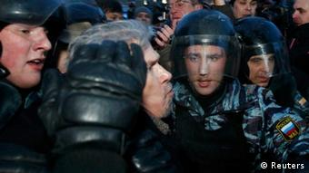 Police detain opposition leader Eduard Limonov (C) during an opposition protest demanding fair elections held in Moscow March 5, 2012. Russian police detained at least 100 people at protests calling on Vladimir Putin to resign after a presidential election they say was unfairly skewed in his favor. REUTERS/Mikhail Voskresensky (RUSSIA - Tags: POLITICS ELECTIONS CIVIL UNREST)